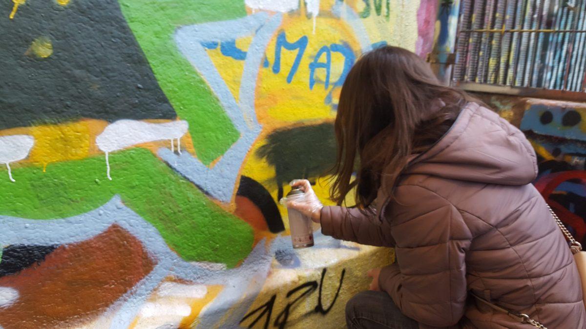 L'heure du remplissage de l'œuvre street art à l'atelier graffiti