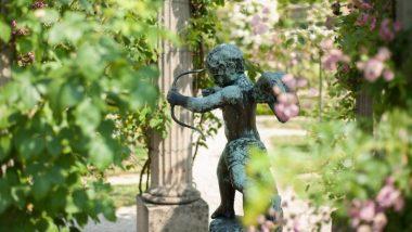 Statue de Cupidon à la Roseraie du Val-de-Marne