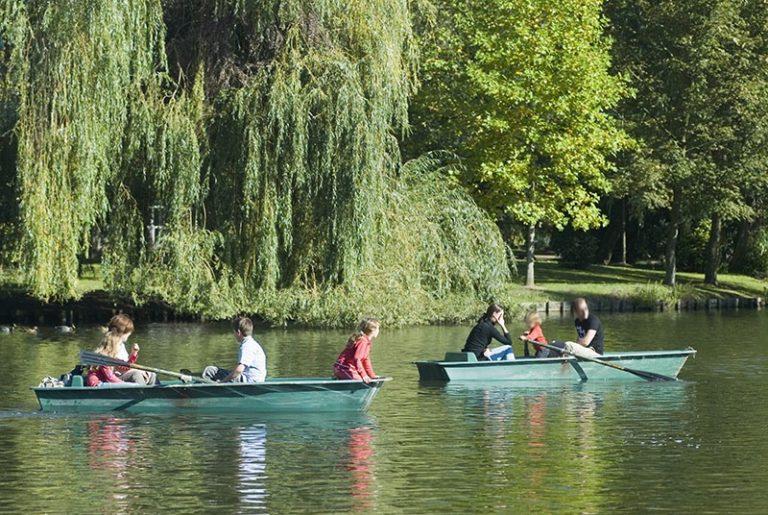 Barque sur un lac du bois de Vincennes