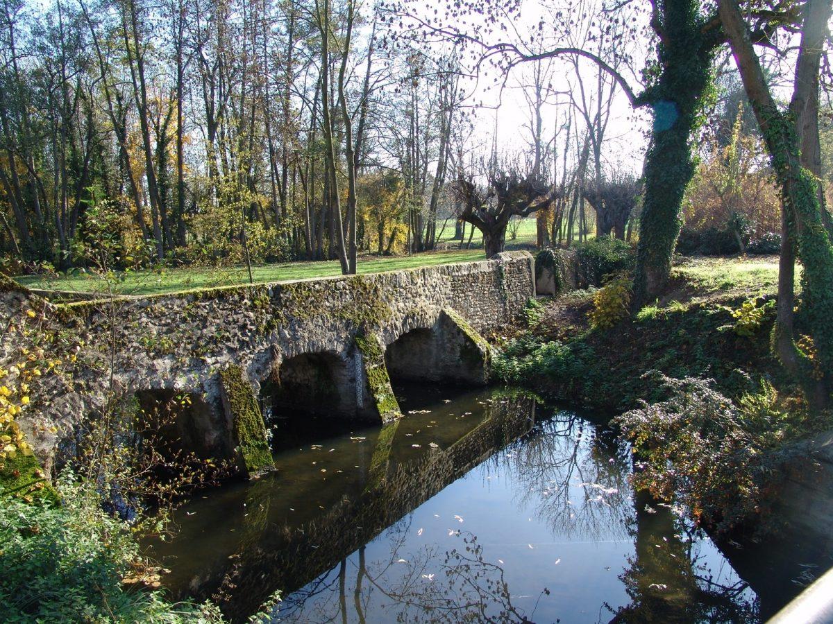 pont cours eau reveillon