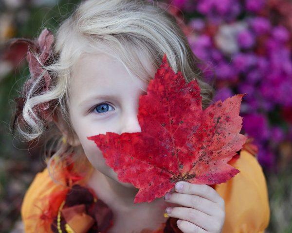 Petite fille avec une feuille