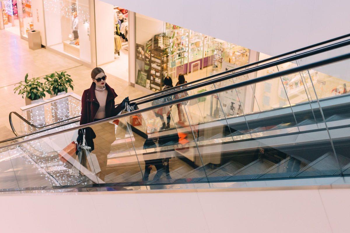 Femme qui fait shopping