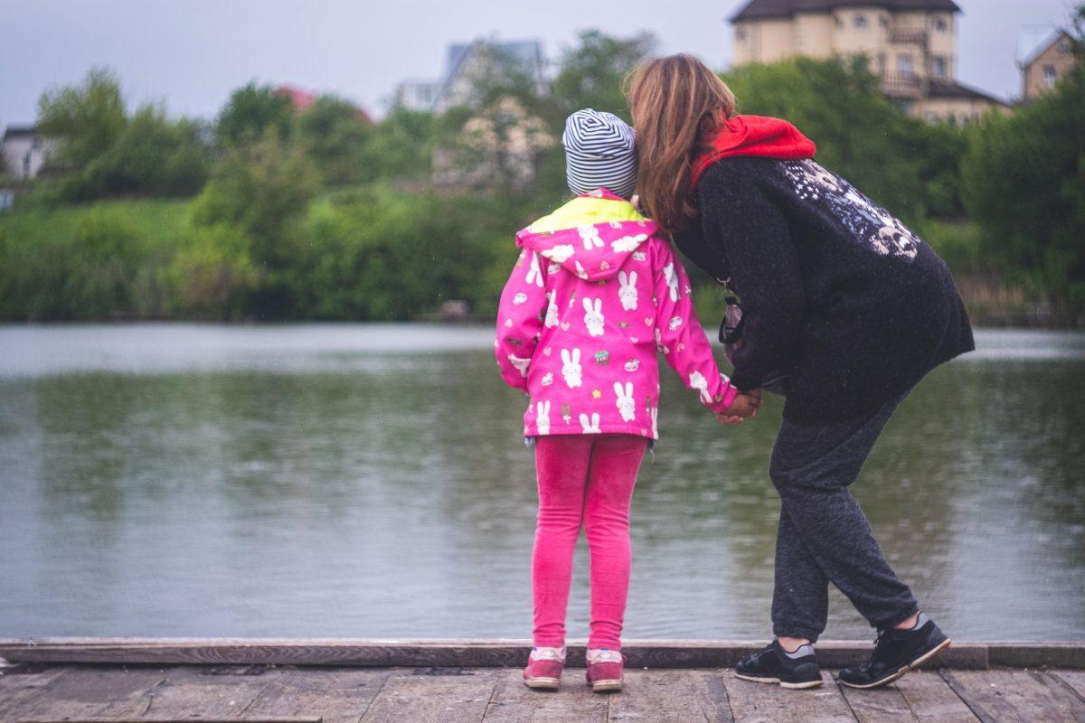 Promenade en famille au bord de l'eau