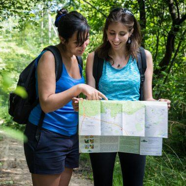 Randonnée en forêt avec carte