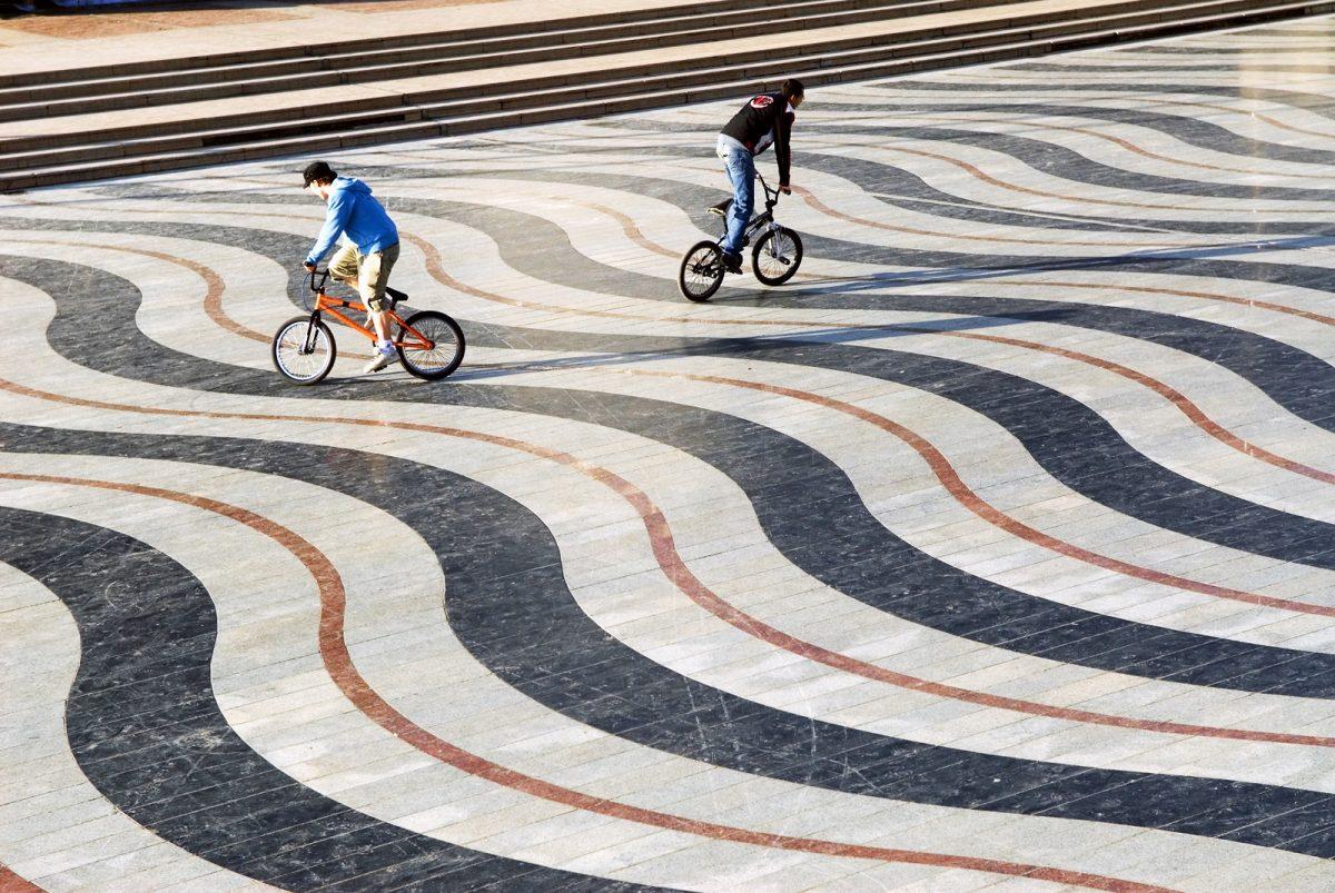 Jeunes à vélo sur une oeuvre sur le sol de Créteil © CDT94/D.Thierry